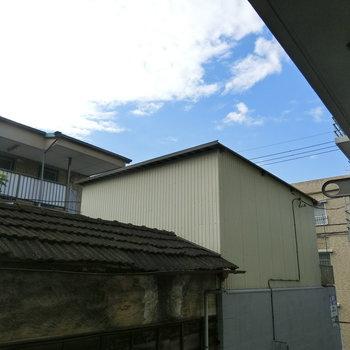 瓦屋根と青空