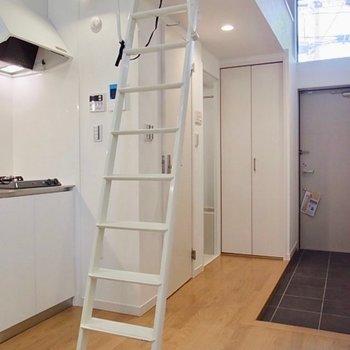 スイーンとはしごが伸びます。※写真は同間取り別部屋