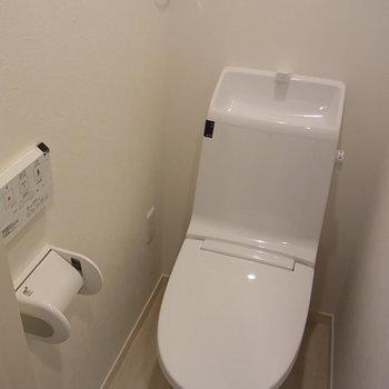 トイレはツルッと。※写真は同間取り別部屋