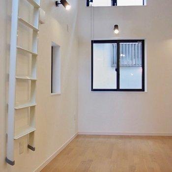 はしごは掛けておけます。※写真は同間取り別部屋