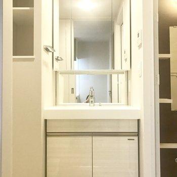 大きな鏡の洗面台◎(※写真は別部屋、同間取りのもの)