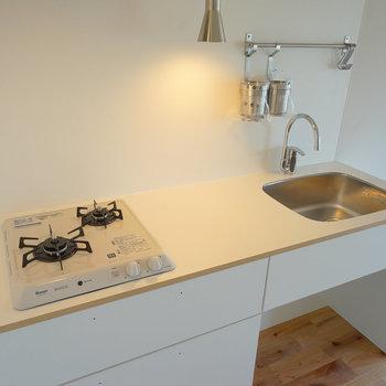 キッチンは2口ガスのシンプルデザイン!※写真は前回施工の402号室
