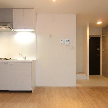 キッチンと玄関の配置※写真は前回掲載時のものです。