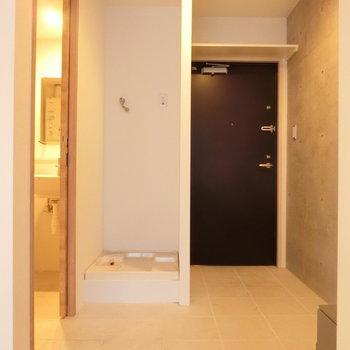 玄関扉の隣には室内洗濯機置場※写真は前回掲載時のものです。