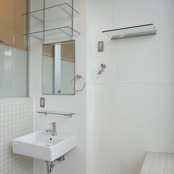 浴室に洗面台も。タイルと相性が◎※写真は前回掲載時のものです。