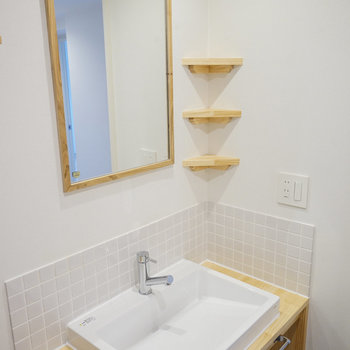 小さな棚が可愛い洗面台!