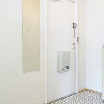 玄関も白タイルで爽やかに。