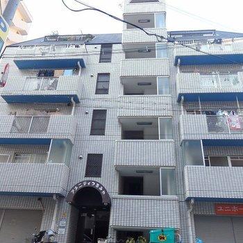 エレベーター付きの6階建てマンション