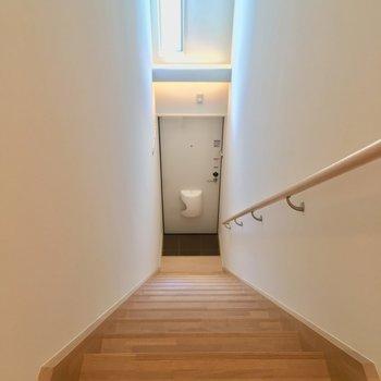 玄関は階段の下に ※写真は前回募集時のものです。