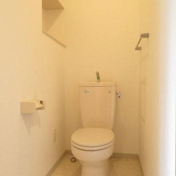 温水洗浄便座はありませんが広々のトイレ!※写真は4階同間取り別部屋のものです