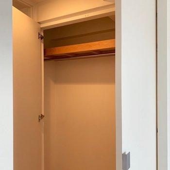 クローゼットは普通かな(※写真は7階の反転間取り別部屋、モデルルームのものです)