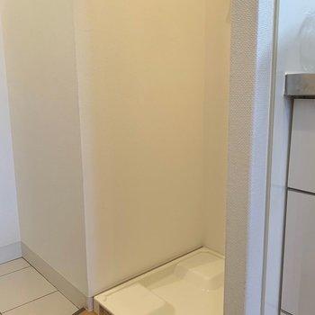 洗濯機置き場は玄関すぐに(※写真は7階の反転間取り別部屋、モデルルームのものです)