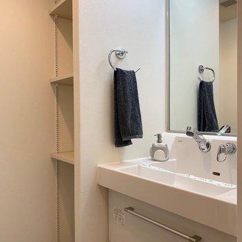 洗面台もいいフォルム◎(※写真は7階の反転間取り別部屋、モデルルームのものです)