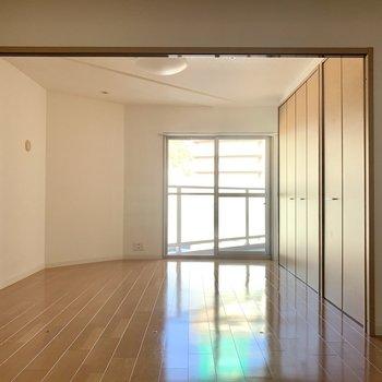 洋室①リビング横の洋室。ガラッと開けて広々リビングとして使うのも◎(※写真は8階の同間取り別部屋のものです)