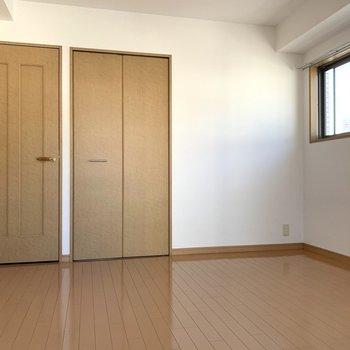 洋室②寝室にちょうどいい広さ◎(※写真は8階の同間取り別部屋のものです)