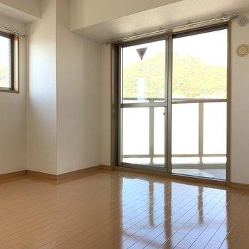 洋室②2面採光で明るさ◎(※写真は8階の同間取り別部屋のものです)