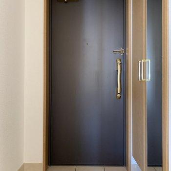 玄関には全鏡と(※写真は8階の同間取り別部屋のものです)