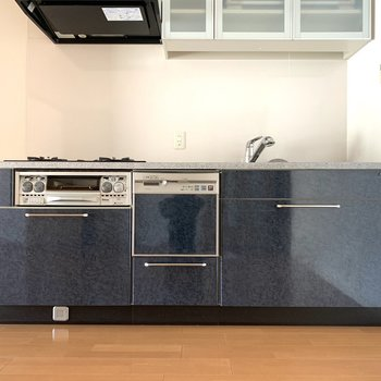 キッチンはクールなブルーカラー(※写真は8階の同間取り別部屋のものです)
