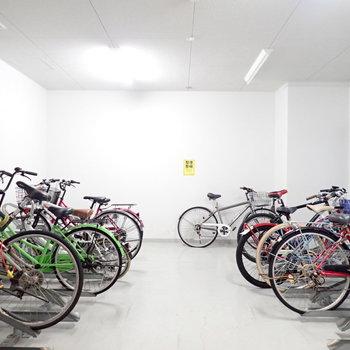 自転車置き場は建物の中です。