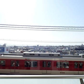 電車が目の前を通っていきます。