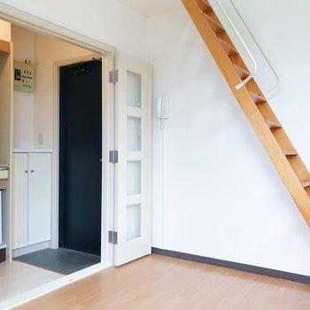 キッチンスペースへ。扉で仕切ることもできますよ。