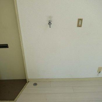 玄関横に洗濯機置場があります※写真は別部屋です