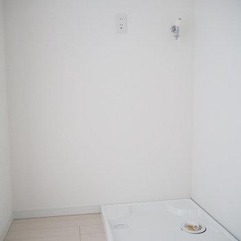 洗濯機置場、お隣にはスペースも。