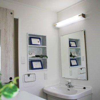 洗面台横には便利な壁収納