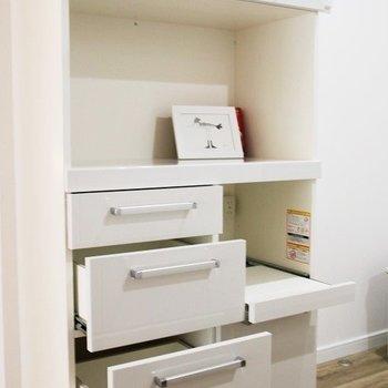 キッチン家電も収納できる食器棚付き♪