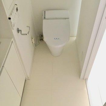 洗面台とトイレは一緒の作りになっています!