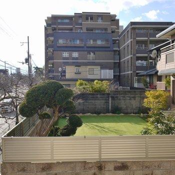 お隣さんのお庭が見えます。※写真は、前回撮影時のもの