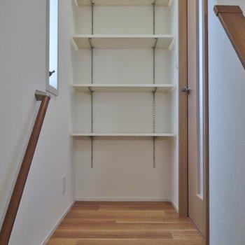 2階に上がったところにも収納スペース。※写真は、前回撮影時のもの