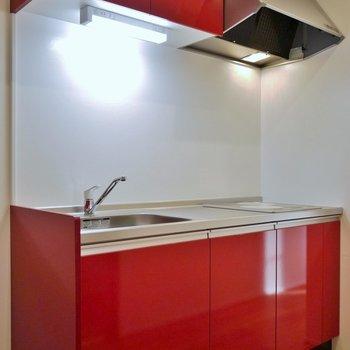 赤の差し色がステキなキッチン。※写真は、前回撮影時のもの