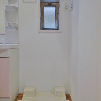 隣には洗濯置き場。※写真は、前回撮影時のもの