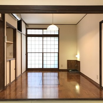 隣にはきれいな洋室