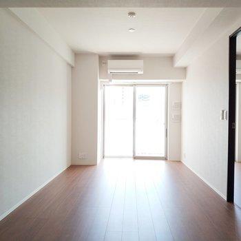 光の気持ちいいリビング!※写真は2階の同間取り別部屋のものです