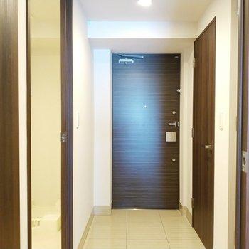 玄関は黒でシックに◯※写真は2階の同間取り別部屋のものです