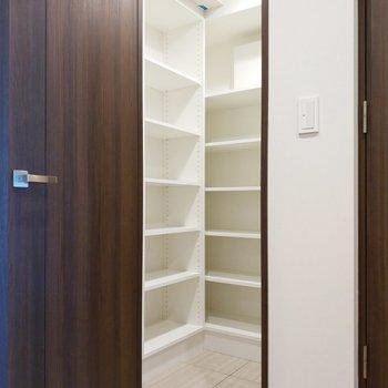 シュークローゼットは広々と!右奥にもだんがあるので、計3段あります。※写真は2階の同間取り別部屋のものです