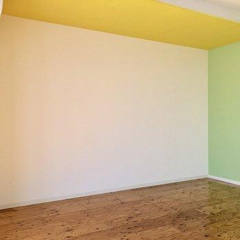 こちらの壁沿いにベッドを置こうかな