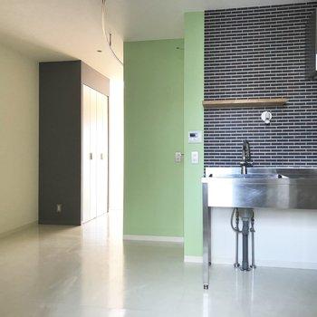 玄関側からパシャリ。お部屋に入るとすぐにキッチンが※写真は通電前のものです
