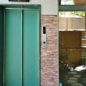エレベーター横には縁側が