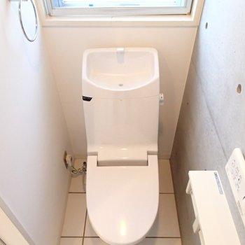 トイレは1階に。こちらも窓付き。