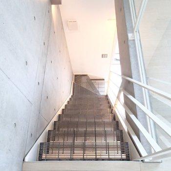 すこし急な階段をくだって先に2階を見てみましょう。
