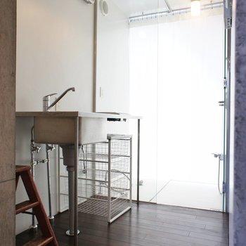 キッチンスペース。かなりコンパクトに※写真は別部屋です