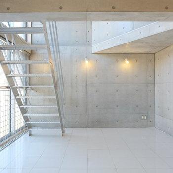 コンクリートの印象が強い1階