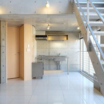 トイレの扉、キッチン部分にすこし木が
