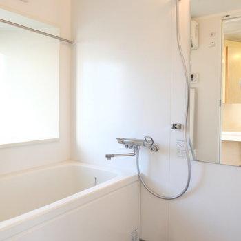 お風呂は窓付き、広々!