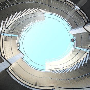 お部屋までの階段もアーティスティック!