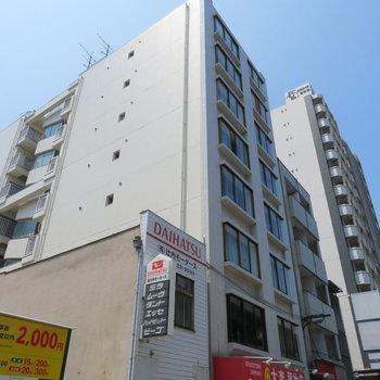 大通り沿いに面したマンション