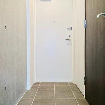 玄関長めです ※写真は別のお部屋のものです